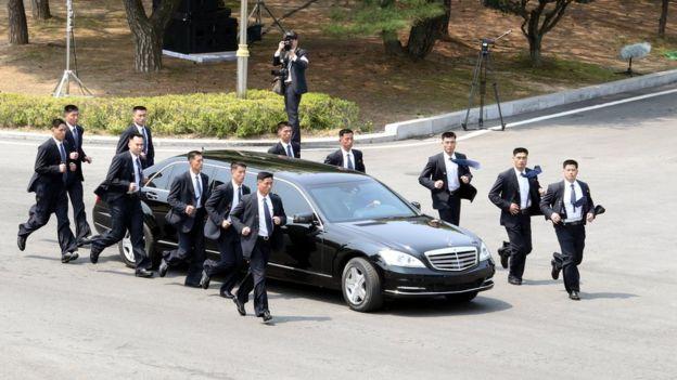 Guarda-costas acompanham carro de Kim Jong-un