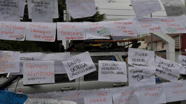 Enrique Rébsamen ilkokulu yakınlarında asılan listelerde enkazdan çıkarılanların hangi hastanelere kaldırıldığı yazılmış