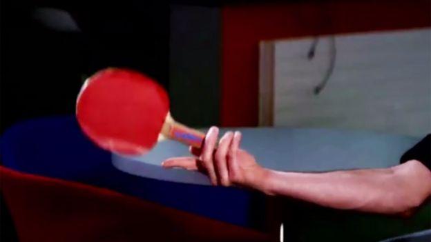 El profesor Fraser demuestra los diferentes tipos de giros con una raqueta de tenis de mesa.