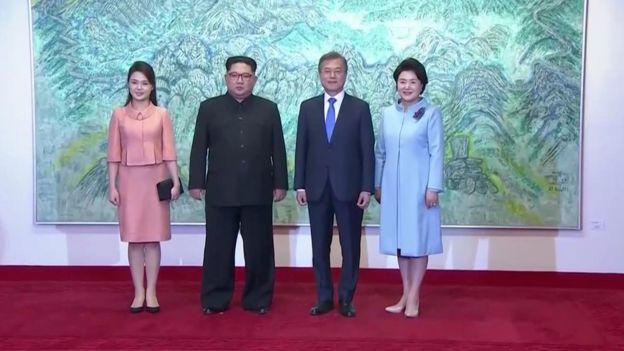 Vợ chồng hai lãnh đạo chụp hình hôm 27/4 tại Bàn Môn Điếm