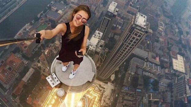 Angela em uma de suas selfies extremas