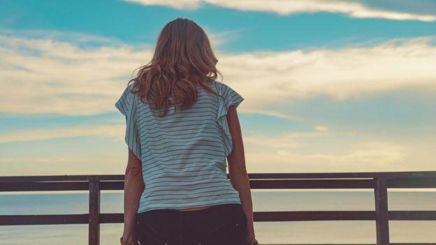Mujer mirando el horizonte.
