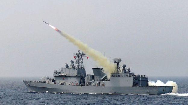 Míssil sendo lançado de navio