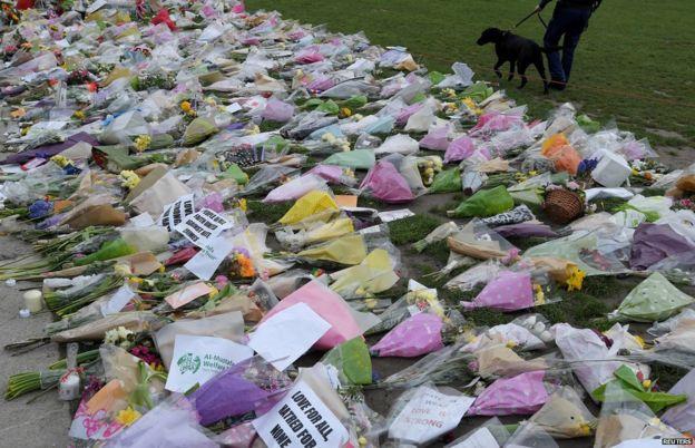Flores a las afueras del Parlamento británico