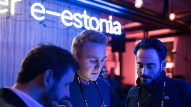 شباب في إستونيا يستخدمون هواتفهم الذكية