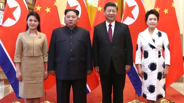 習近平和夫人彭麗媛(右)在人民大會堂同金正恩和夫人李雪主(左)合影(新華社2018年3月28日發佈圖片)