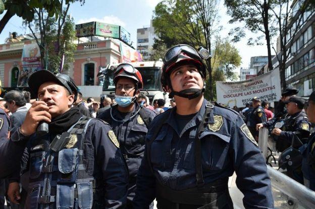 Meksika polisi kurtarma çalışmalarına destek veriyor.