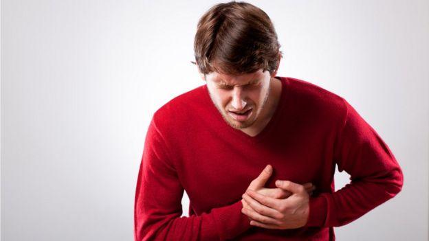 Jovem com dor típica de infarto