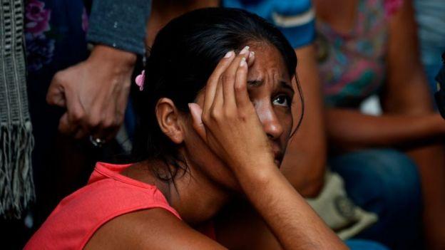 Una joven que espera noticias sobre los presos.