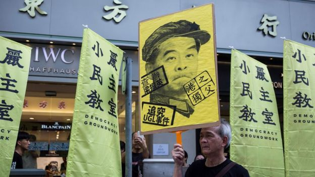 游行人士展示反对前特首梁振英的标语