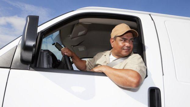 Homem guiando van