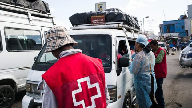 Doctors and nurses from the Ministry of Health and officers of the Malagasy Red Cross staff a healthcare checkpoint at the 'taxi-brousse' station of Ampasapito district in Antananarivo (05 October 2017)