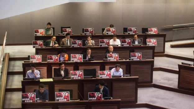 民主派多次以拉布方式,阻止通過具爭議性的議案。