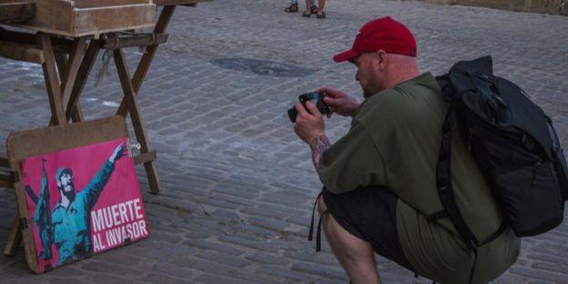 Bir turist Havana'daki bir resmin resmini çekti
