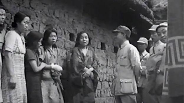 Beş yetkili kadın, bir Çinli subaya konuşuyor