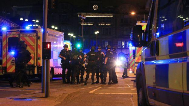 Polícia nos arredores da Manchester Arena após relatos de explosão