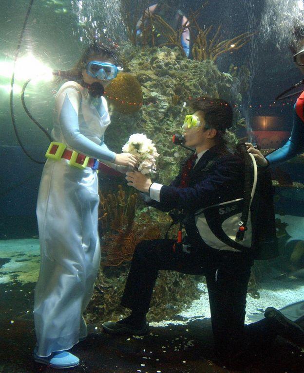 在台灣,一名男性在水下向女友求婚