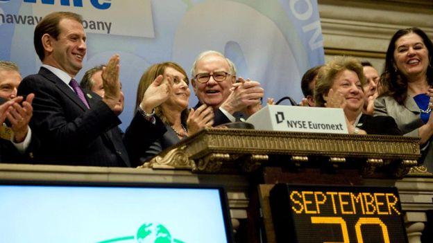 Warren Buffett (centro) recomendó a su esposa invertir casi todos sus ahorros en el fondo índice S&P 500 después de que muera.