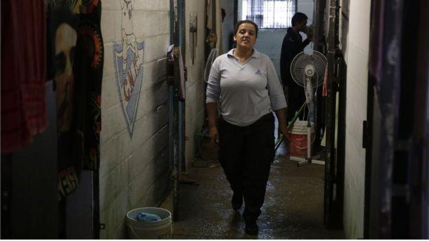 Una de las guardias de patrulla en la prisión