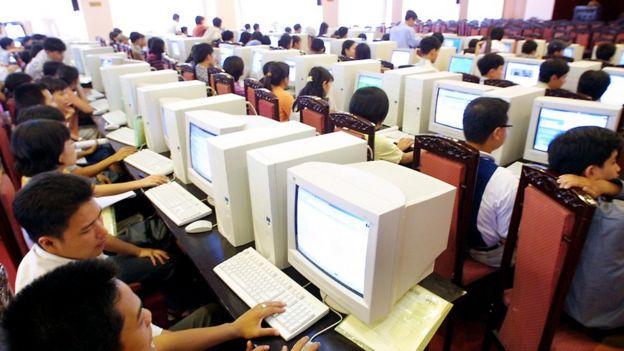 Thanh niên Việt Nam tham gia một khóa học miễn phí về cách sử dụng Internet tại Hà Nội vào 17/7/2001