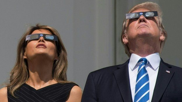 Perezida w'Amerika, Donald Trump, n'umufasha we Melania Trump nabo barebye igice cy'ubwo bwirakabiri mu kirere cy'umujyi wa Washington DC