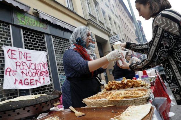 فروش غذا در مسیر راهپیمایی روز جهانی کارگر در برلین