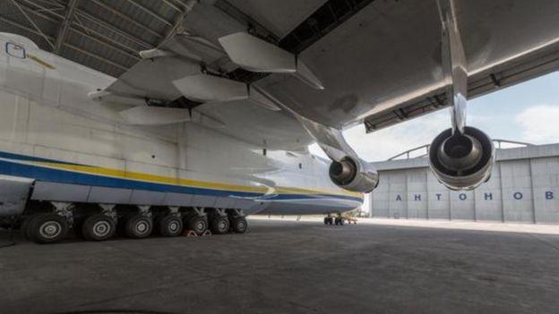 أكبر طائرة في العالم Antonov An-225 Mriya في مهمة جديدة  _96032703_p051tl2d-1