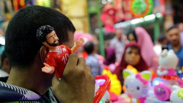 Boneka Mo Salah kini menjadi salah satu dekorasi persiapan Ramadan yang dijual di pasar-pasar Mesir.
