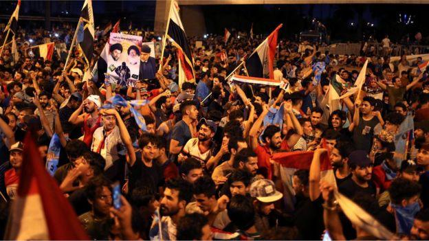 """خرج المئات من أتباع الصدر في مظاهرات فرح بعد الإعلان عن فوز قائمة """"سائرون"""" في 10 محافظات عراقية"""