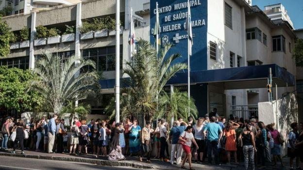 Filas en Río de Janeiro para vacunarse contra la fiebre amarilla.
