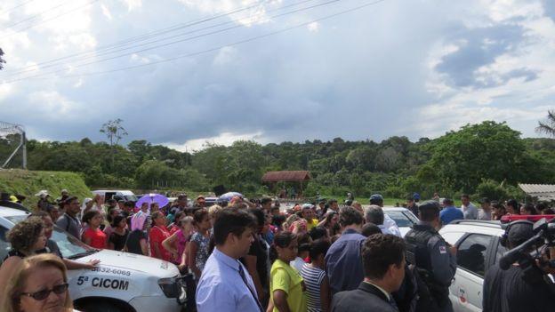 Pessoas se reúnem no acesso ao Compaj para esperar notícias de familiares presos