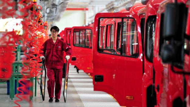 Trabajador en una fábrica de autos en China