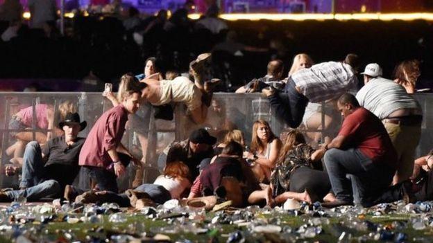 警方呼吁音乐会场内观众设法躲避。