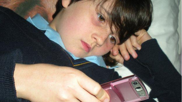 طفلة تتابع وسائل التواصل الاجتماعي غبر الهاتف
