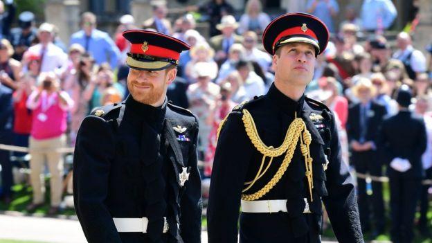 Príncipe Harry e príncipe William chegam juntos à cerimônia