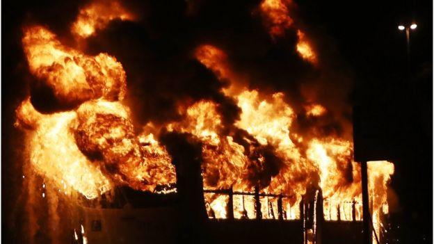 Ônibus incendiado em manifestação no Brasil