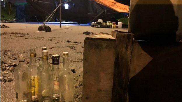 Người dân đặt các chai lọ tẩm xăng để chặn lối đi vào công ty dệt Pacific Crystal nhằm phản đối công ty xả thải xuống khu vực xã Lai Vụ.