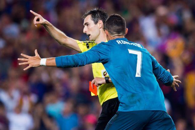 Ronaldo kırmızı kartın ardından hakemin üstüne yürüdü ve bu kareden saniyeler sonra hakemi sırtından itti