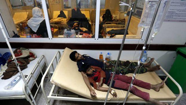 Yemeníes afectados por el cólera reciben tratamiento en un hospital de Saná, Yemen, el 14 de junio de 2017.
