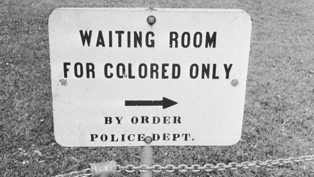 'Sala de espera exclusiva para pessoas de cor', diz esta placa de Jackson, Mississippi