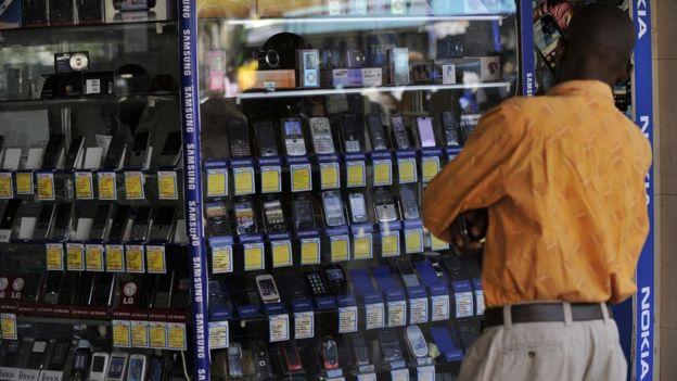 Mtu amesimama katika dula la kuuza simu tarehe 1 mwezi Oktoba 2012 mjini Nairobi Kenya