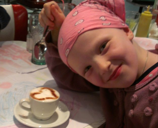 Niamh Storey Davidson con una taza de chocolate.