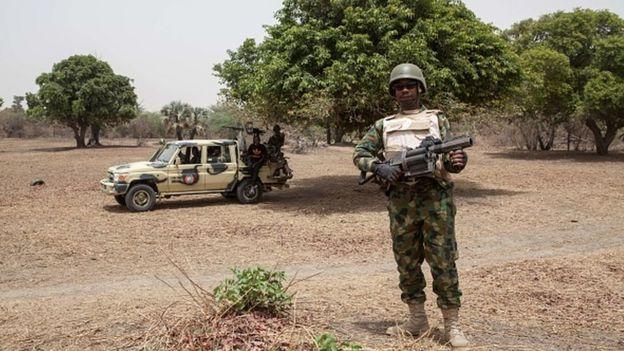 Des militaires nigérians en faction dans la brousse de l'Etat du Borno