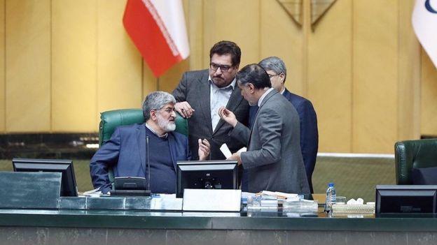 حسین نقوی حسینی در حال بحث با علی مطهری که ریاست امروز مجلس را به عهده داشت