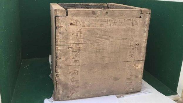 Caja funeraria de madera.