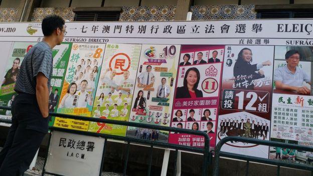 票站外張貼了各候選人宣傳海報的看板