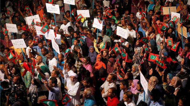 Manifestantes que apoyan a la oposición