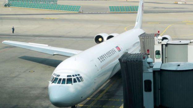 هواپیمای اختصاصی حامل هیئت اعزامی کره شمالی با پرچم و عنوان