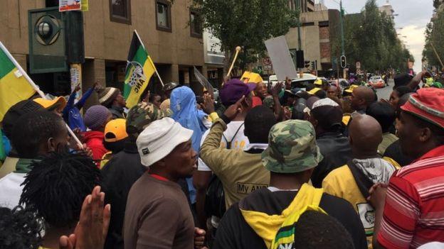 les partisans du président Jacob Zuma devant le siège de l'ANC
