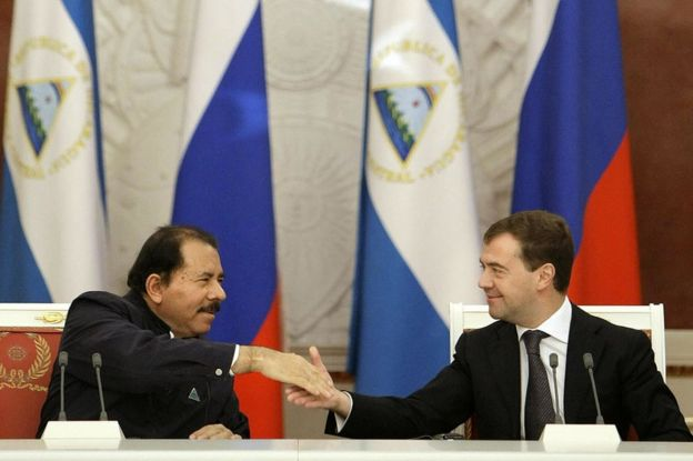 El presidente de Nicaragua, Daniel Ortega (izquierda), estrecha la mano al entonces presidente de Rusia, Dmitry Medvedev, en el Kremlin, en Moscú, el 18 de diciembre de 2008.
